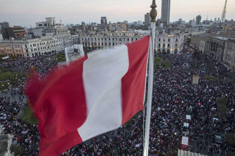 11月12日,秘魯首都利馬聖馬丁廣場,大批民眾聚集抗議總統畢斯卡拉遭國會彈劾下台(美聯社)