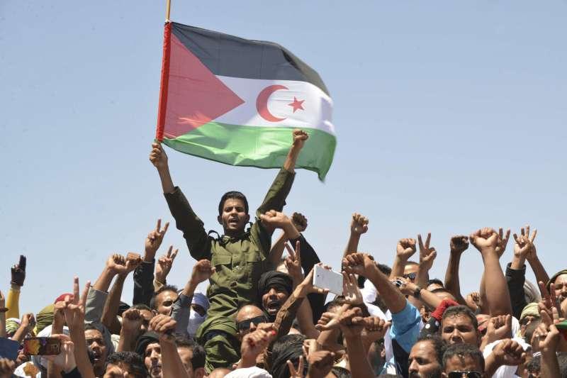 西撒哈拉(撒拉威)人民揮舞國旗(資料照,AP)