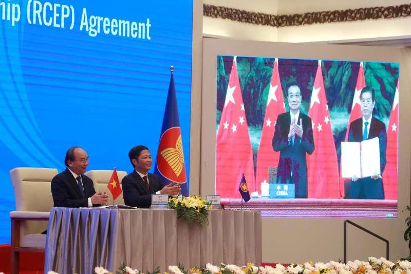 2020年11月15日,東協與中國、日本、南韓、澳洲、紐西蘭共15國透過視訊簽署《區域全面經濟夥伴關係協定》(RCEP),圖為越南總理阮春福和中國總理李克強連線(AP)