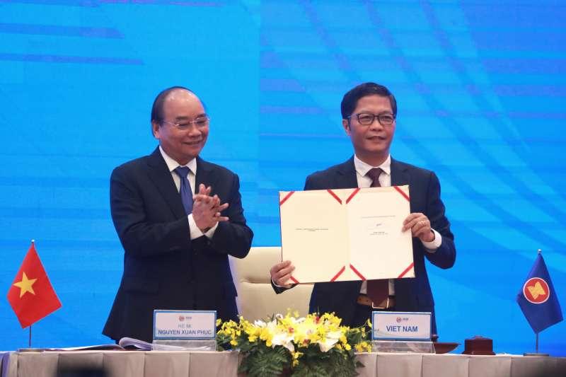2020年11月15日,東協與中國、日本、南韓、澳洲、紐西蘭共15國透過視訊簽署《區域全面經濟夥伴關係協定》(RCEP),圖為越南總理阮春福(AP)
