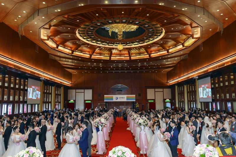中華電信15日舉辦員眷集團婚禮,幸福企業甜蜜傳承 ,11年來促成550對佳偶良緣。(中華電信提供)