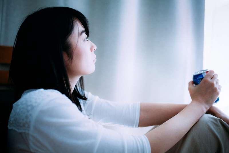 孤獨這件事是這樣的,你愈覺得孤單,就愈會認定每個人都討厭你,於是你就愈不想去接觸別人。這是一個惡性循環。(示意圖非本人/すしぱく@pakutaso)
