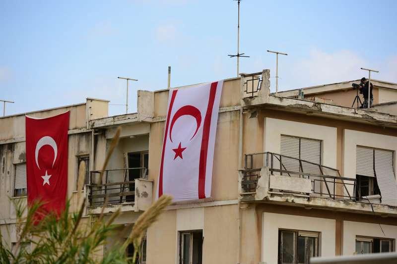 2020年11月15日,土耳其總統艾爾多安訪問北賽普勒斯,民宅頂樓有安全人員和兩國國旗(AP)