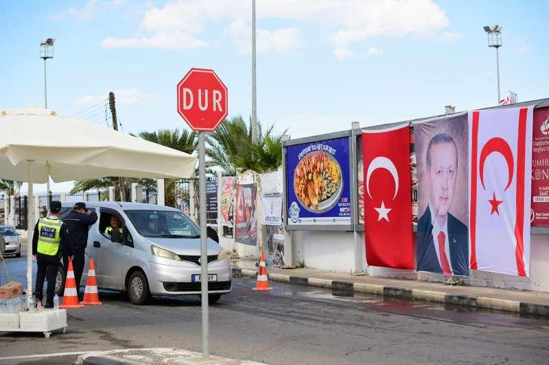 2020年11月15日,土耳其總統艾爾多安訪問北賽普勒斯,警方檢查前往瓦洛沙車輛(AP)