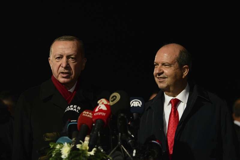 2020年11月15日,土耳其總統艾爾多安訪問北賽普勒斯,與北賽普勒斯總統塔塔爾會談(AP)