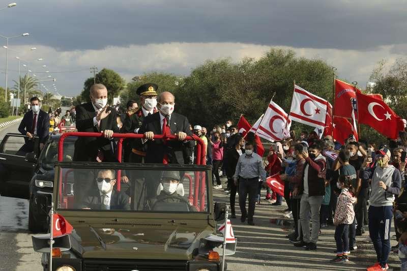2020年11月15日,土耳其總統艾爾多安訪問北賽普勒斯,與北賽普勒斯總統塔塔爾一起搭車向群眾致意(AP)