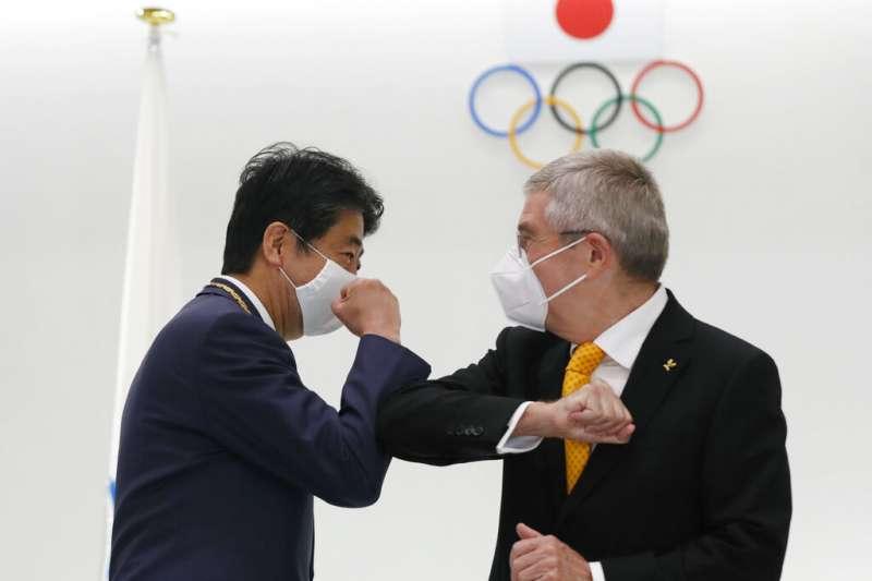 國際奧林匹克委員會(IOC)主席巴赫(Thomas Bach)16日訪問日本,與已經卸任的前首相安倍晉三碰面。(美聯社)