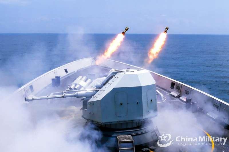 中國海軍的玉林號飛彈護衛艦,今年3月在南海演習時發射深水炸彈。(中國軍網)