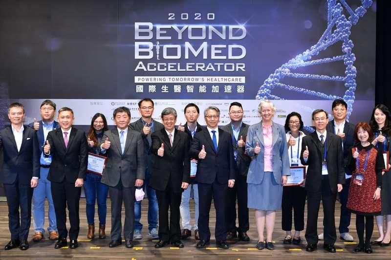 2020國際生醫智能加速器 頒獎人(前排)與8強新創(後排)合影。