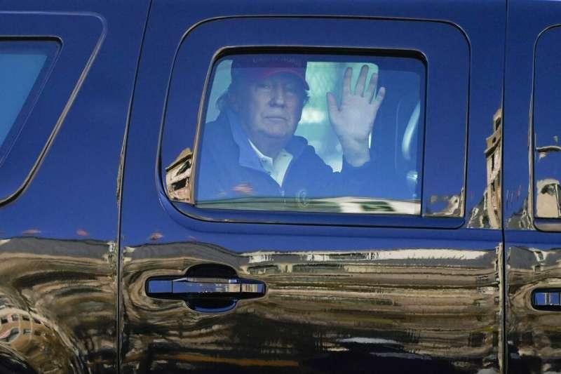 川粉在華府發起挺川大遊行,不願認輸的川普在車上對群眾揮手致意。(美聯社)