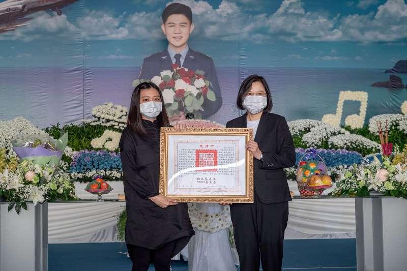 總統蔡英文17日親自出席飛官朱冠甍告別式頒發褒揚令。(取自總統府Flickr)