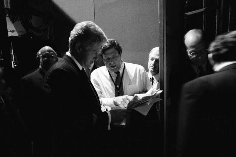 時任美國總統的柯林頓與其策士馬克・潘(穿白襯衫者)。(翻攝Stagwell官網)