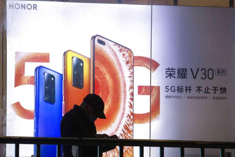 華為通訊設備製造商17日正式宣佈,全面出售旗下手機品牌榮耀,交易完成後華為將不再持有榮耀公司任何股份。(美聯社)