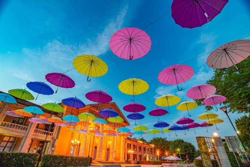 板橋四三五藝文特區的沙坑、彩色雨傘布置,讓大人小孩都喜歡來這放鬆遊戲。(新北市政府文化局提供)