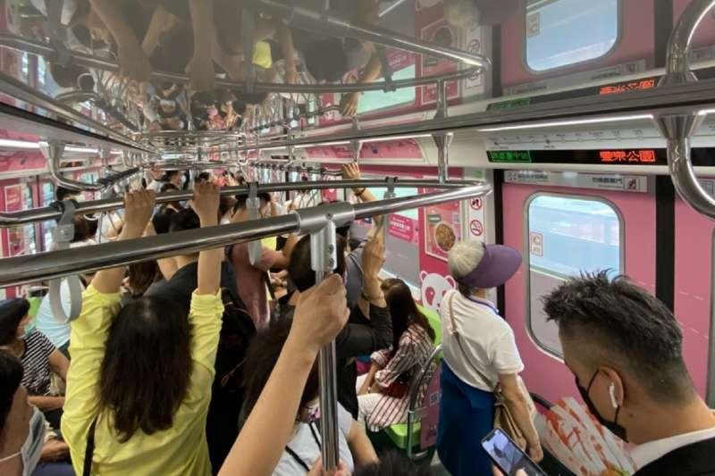 台中捷運試營運當天有高達7萬人搭乘,沿線房市能否成票房保證,仍待後續觀察。(中信房屋台中科博館加盟店提供)