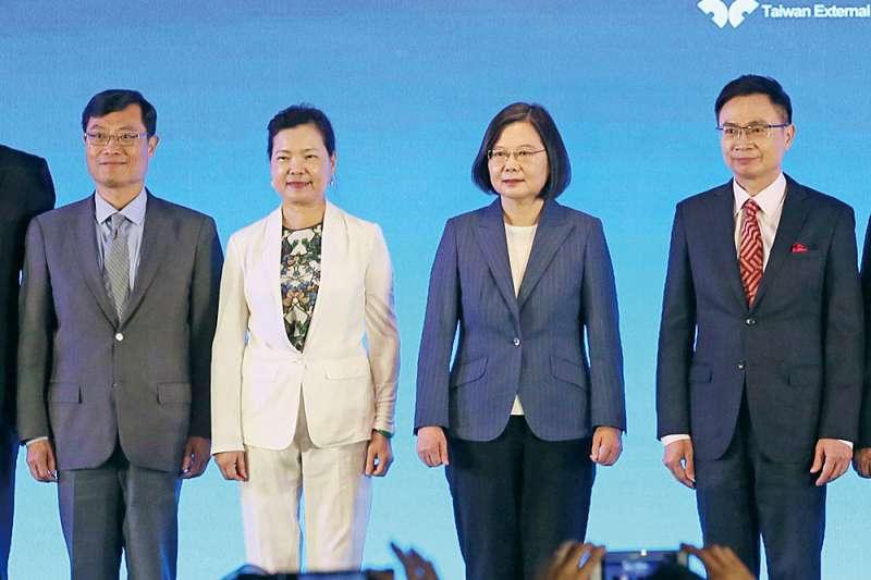 國民黨前立委孫大千批評,蔡政府犧牲台灣人民的健康安全,卻只換來一紙保證未來5年泛泛空談的經濟對話MOU,根本是「拿一套西裝換回一條內褲」。右二為總統蔡英文。(資料照,柯承惠攝)