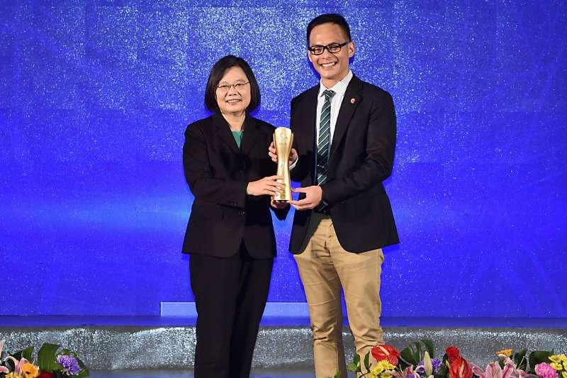 台灣永續能源研究基金會今(18)日舉辦第十三屆「台灣企業永續獎」頒獎典禮,台灣大哥大勇奪「十大永續典範獎」服務業類第一名。(圖/台灣大哥大提供)