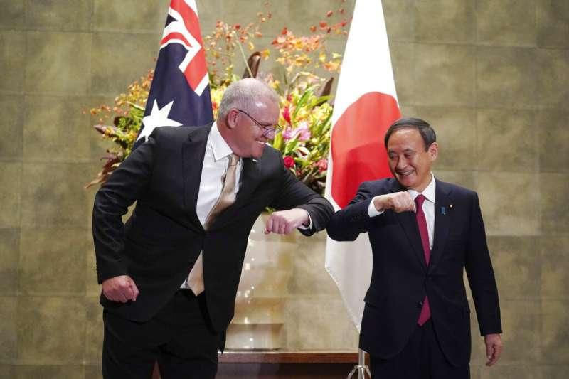 澳洲總理莫里森與日本首相菅義偉17日在日本首相官邸會面。(美聯社)