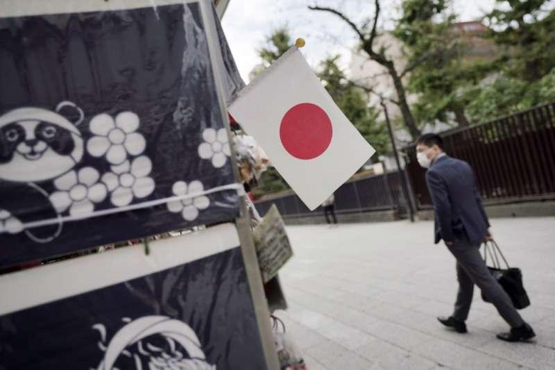 日本疫情升高,東京淺草區的往來行人也都戴著口罩。(美聯社)
