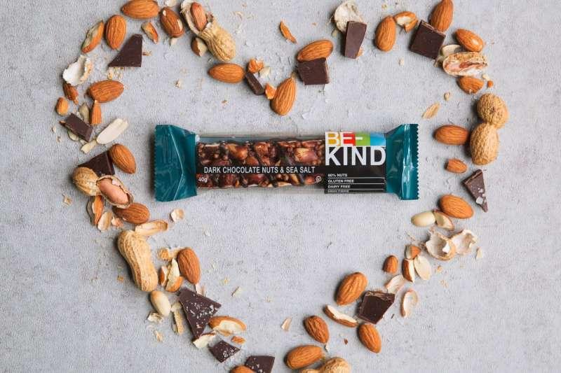 即日起至7-11、全家超商或11月1日起在網購平台-愛上新鮮購買一支堅果棒,BE-KIND就幫捐出一支堅果棒給1919食物銀行。(圖/BE-KIND提供)