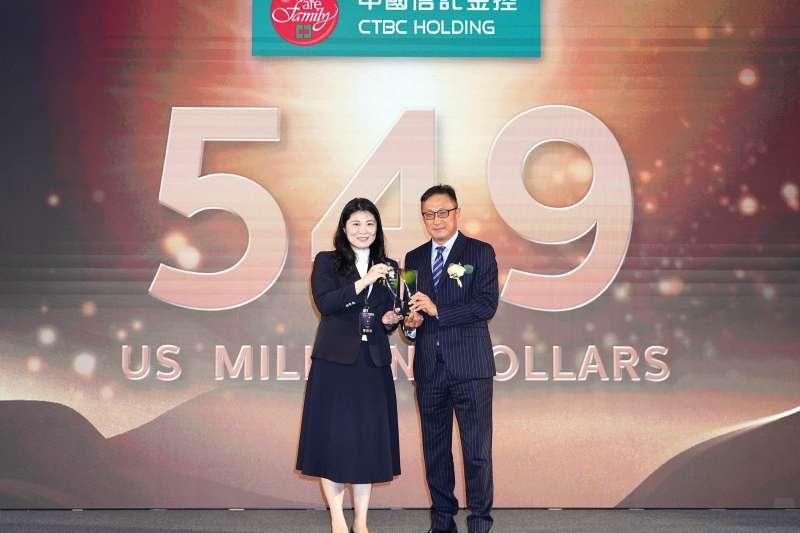 中信金控五度入圍「台灣國際品牌價值調查」25大國際品牌,經濟部工業局主任秘書陳佩利(左)頒發獎項予中信金控行政長高人傑(右)。(中信金控提供)