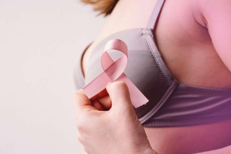 根據衛福部統計,乳癌是台灣女性癌症發生率的第一位,好發年齡約在45至64歲之間,比歐美國家提早8至10歲,其中又以45至49歲婦女的發生率為最高。(示意圖,取自photoAC)