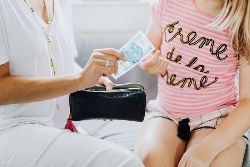 儲蓄習慣最好從小培養,父母在給孩子零用錢的同時,也應該教育良好的理財觀念。(圖/Pexels)