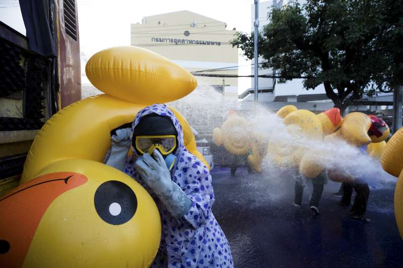 泰國反政府示威升級:警方動用水柱、催淚瓦斯驅離抗爭群眾。(AP)
