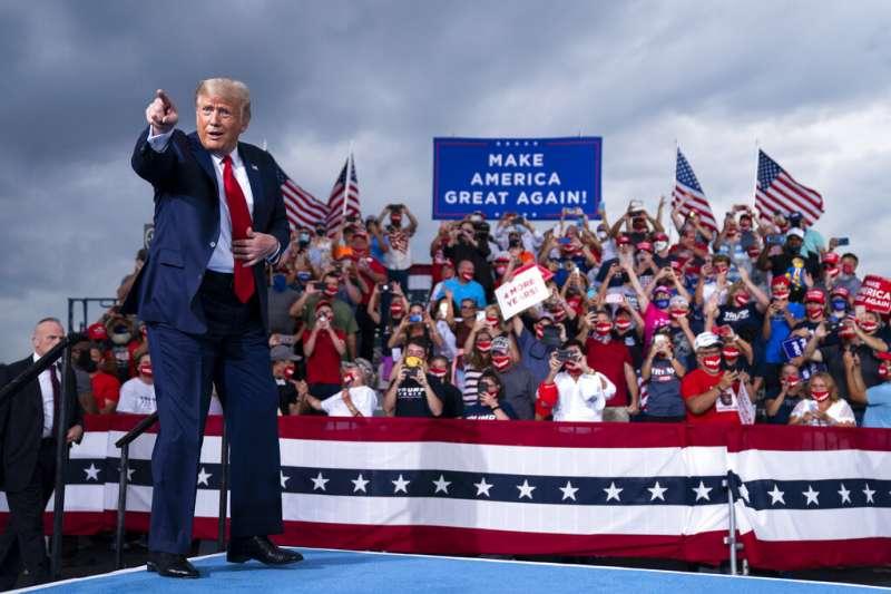 2020年10月,在北卡造勢大會上的川普。(美聯社)