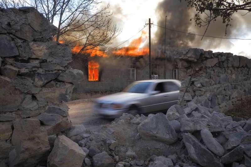 2020年亞美尼亞、亞塞拜然戰爭於該年11月9日達成停火協議,亞美尼亞人撤出部分納哥諾卡拉巴克(納卡)地區,亞美尼亞民眾離去前含淚燒毀家園。(AP)