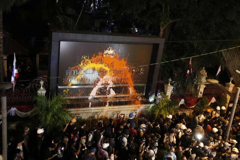 泰國上萬示威民眾18日包圍曼谷的警察總部潑漆(美聯社)