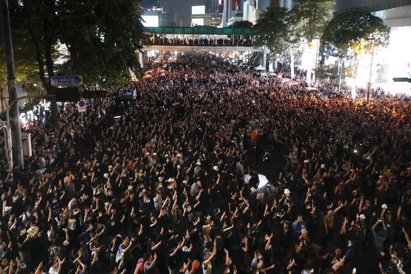 泰國上萬示威民眾18日走上街頭抗議(美聯社)