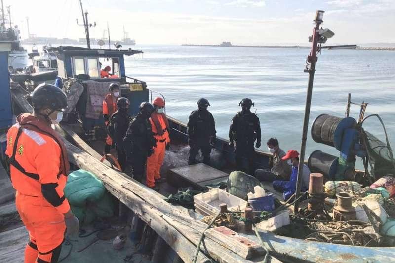 海巡特勤隊員查獲1中國漁船、3人越界違法捕撈。(海巡署提供)