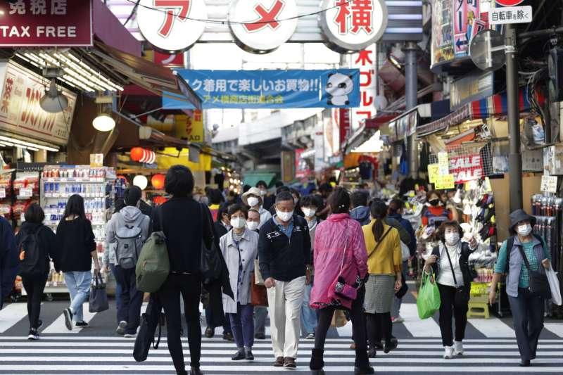 日本疫情近日急遽升高,但東京阿美橫町(アメ橫)的人潮不減。 (美聯社)
