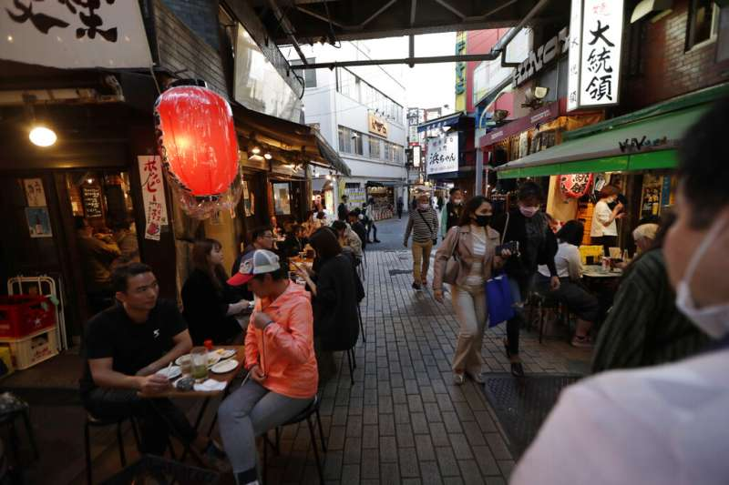 日本新冠疫情19日達到歷史新高,但首相菅義偉並未宣佈封城或者禁足政策,仍有許多民眾在外消費用餐。(美聯社)
