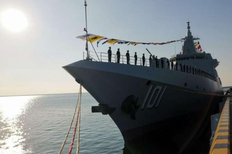青島附近的軍港 :今年一月中國海軍第一艘055型驅逐艦南昌號服役。(新華社)