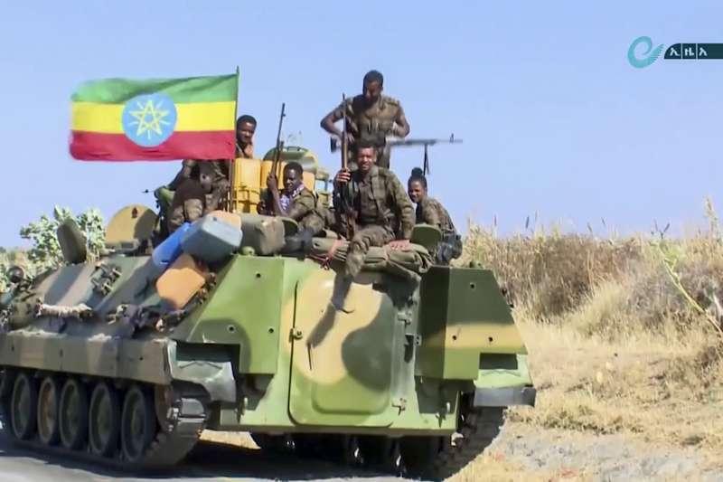 衣索比亞瀕臨內戰,圖為前往提格雷州作戰的衣索比亞政府軍(AP)