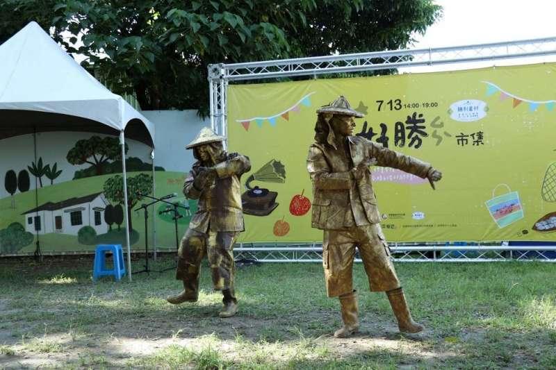 好勝市集街頭藝人表演,復刻眷村老時光,享受悠閒的生活日常。(圖/屏東縣政府提供)