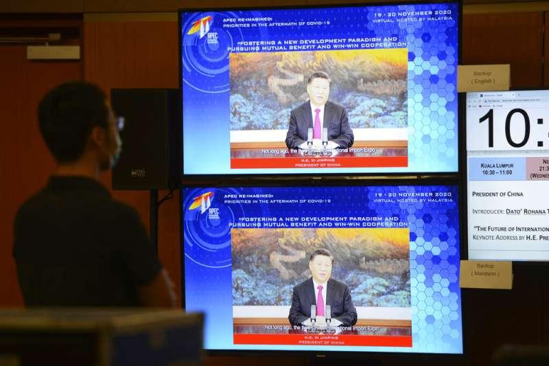 中國領導人習近平19日在APEC對話論壇發表談話。(美聯社)