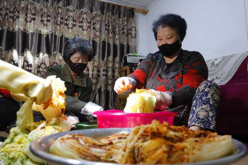 一個北韓家庭正在客廳製作泡菜。(美聯社)