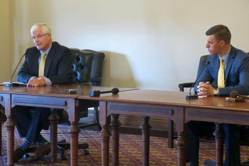 2020年美國總統大選,川普連任失敗但拒絕認輸,11月20日急召密西根州共和黨領袖謝吉(Mike Shirkey,左)與查特菲爾德(Lee Chatfield)到白宮開會(AP)