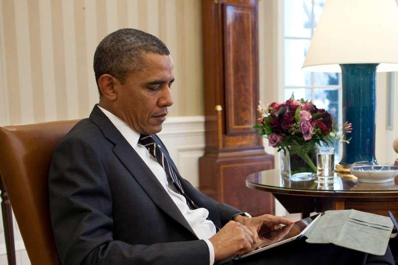 美國總統歐巴馬批閱「總統每日簡報」(President's Daily Brief,PDB)(CIA)
