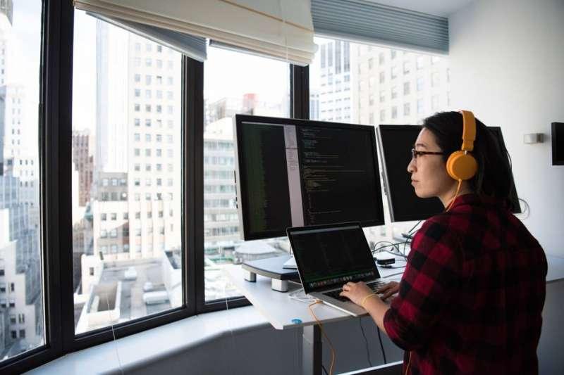 該繼續找工作,或是全心投入創業,作者回台後陷入了深沈的迷惘(圖片來源:Christina Morillo on Pexels.com)