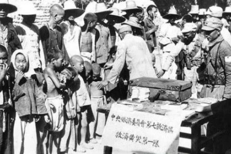 1938年,國民政府和國軍向黃氾區災民發放救濟物質。(作者提供)