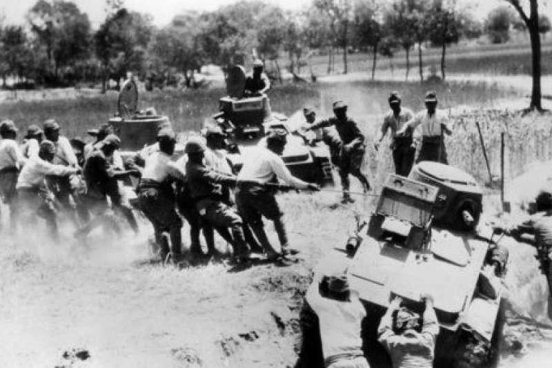 日軍搶救遭受洪水圍困的車輛。(作者提供)