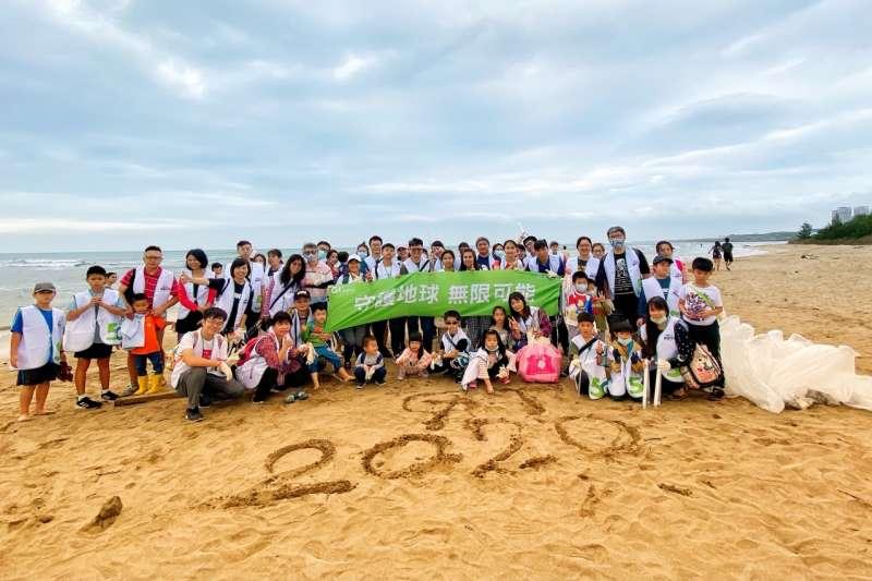亞太電信號召百名員工前往西岸最髒海岸淨灘。(亞太電信提供)