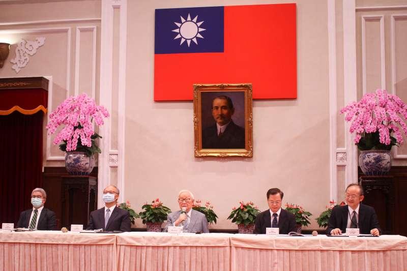 20201121-「2020APEC暨經濟領袖會議會後記者會」21日於總統府大禮堂舉行,圖中為APEC領袖代表張忠謀。(蔡親傑攝)