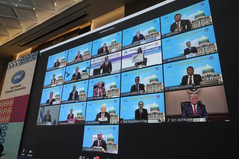 2020APEC透過視訊進行領袖峰會,台積電創辦人張忠謀(4排中)代表總統蔡英文與會(AP)