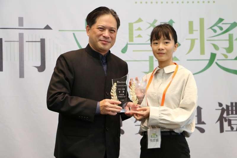新北市副市長吳明機(左)親自頒發新詩及散文獎項給雙料得主吳佳穎(右)。(圖/新北市文化局提供)