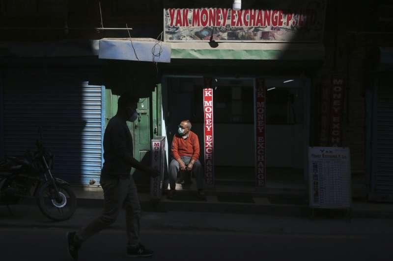 尼泊爾防疫支出過多,被迫減少免費檢測與隔離人數。(AP)